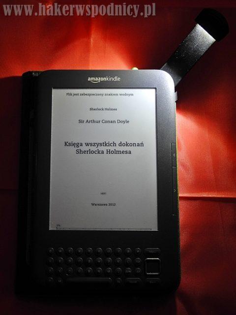 Czytnik Kindle wokładce - działanie wbudowanej lampki
