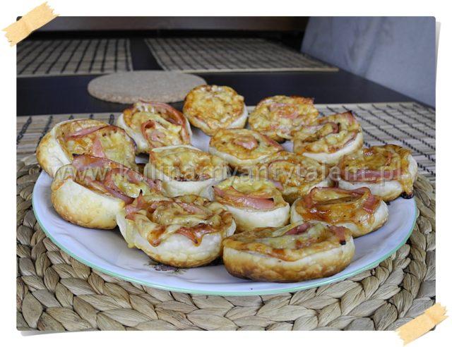 Roladki z ciasta francuskiego z szynką i serem