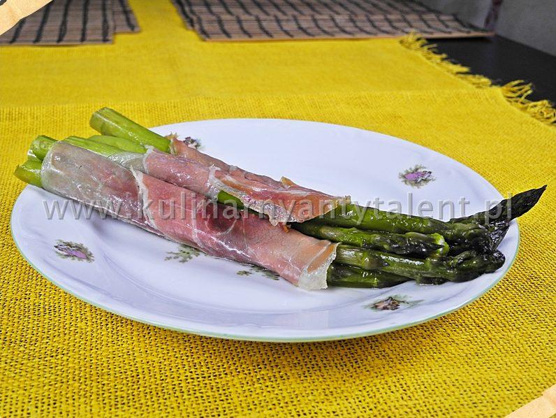 Szparagi zapiekane w folii