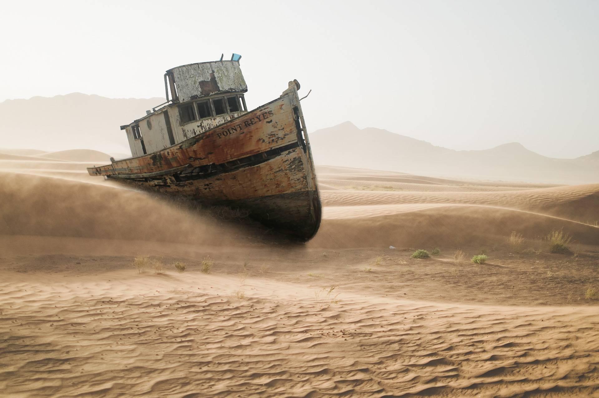 Fotomontaż - statek na pustyni